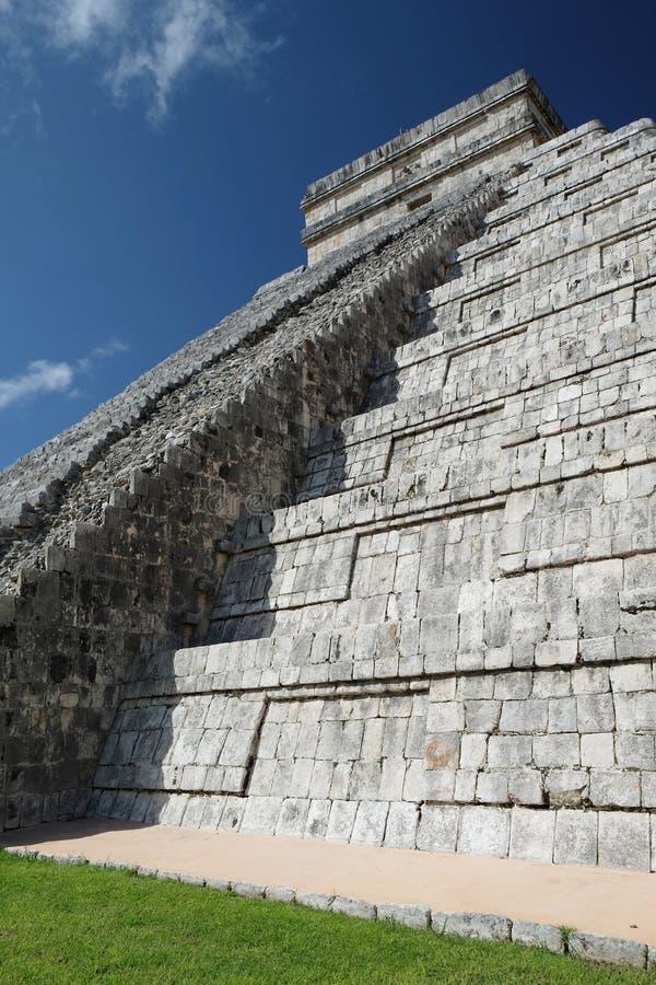 zijaanzicht van El Castillo-Piramide bij de archeologische plaats van Chichen Itza, Mexico royalty-vrije stock foto