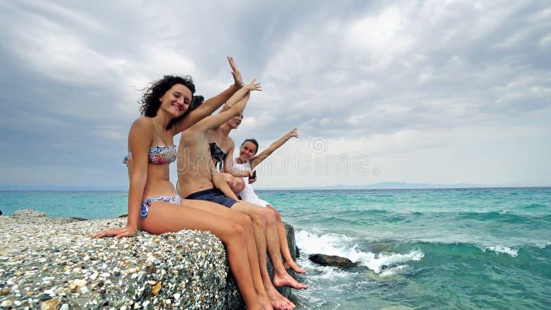Zijaanzicht van gelukkige jonge tienerjaren die partij hebben die en handen zingen slaan stock foto's