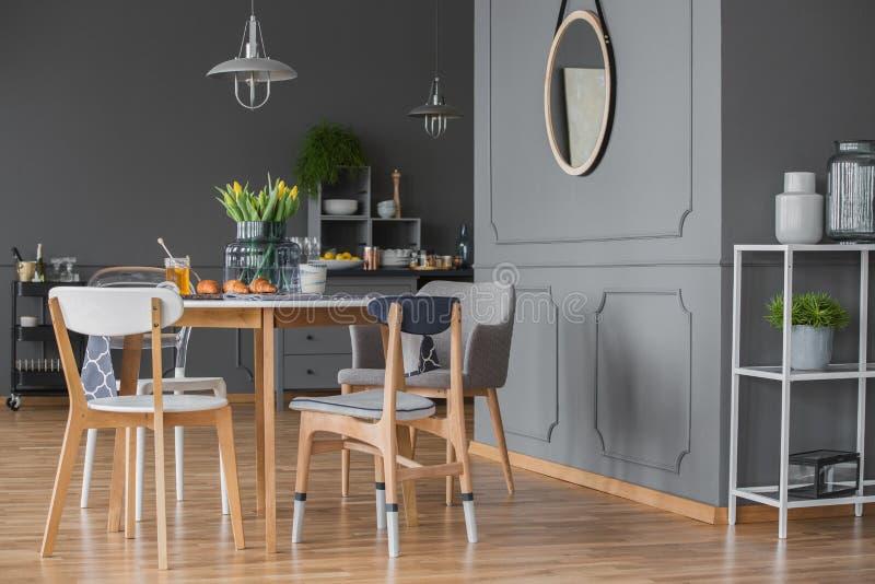 Zijaanzicht van grijze keuken stock afbeeldingen
