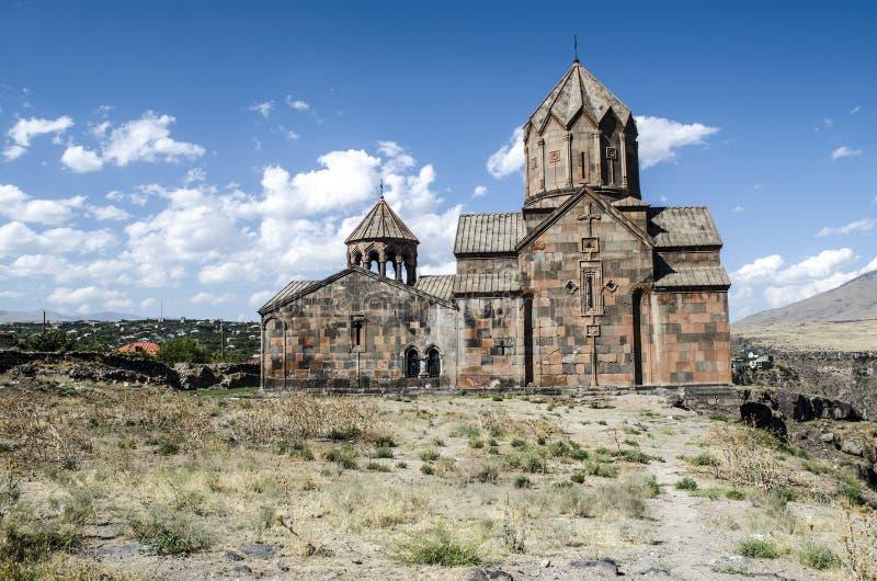 Zijaanzicht van het klooster Ohanavank over de afgrond bij canionrivier Kasakh stock afbeelding