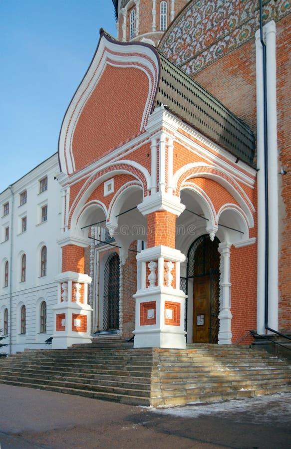 Zijaanzicht van het portaal van verkochte Interventiekathedraal en het Noorden stock foto