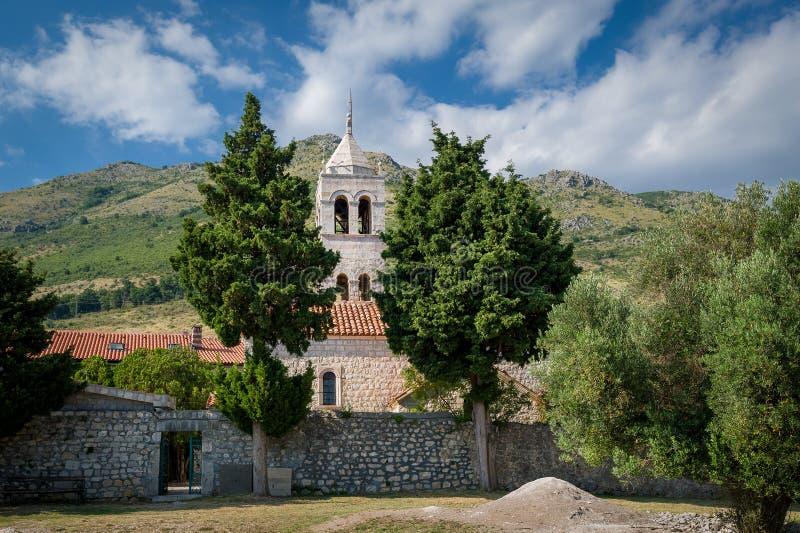 Zijaanzicht van het Rezevici het middeleeuwse klooster stock fotografie