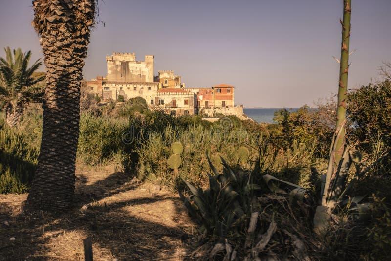 Zijaanzicht van het strand van het kasteel van Falconara royalty-vrije stock afbeelding