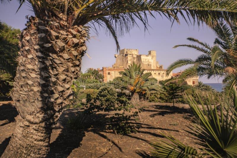 Zijaanzicht van het strand van het kasteel van Falconara 2 stock fotografie