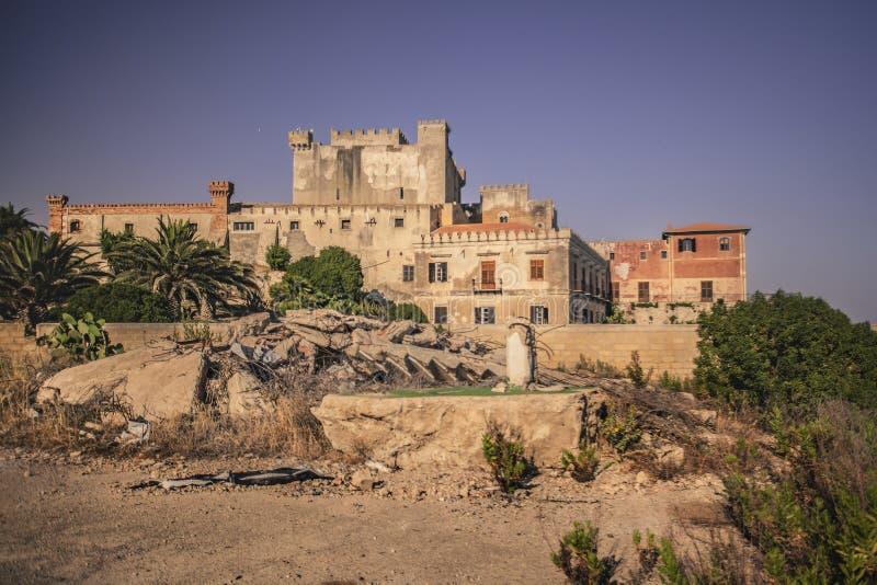 Zijaanzicht van het strand van het kasteel van Falconara stock afbeelding