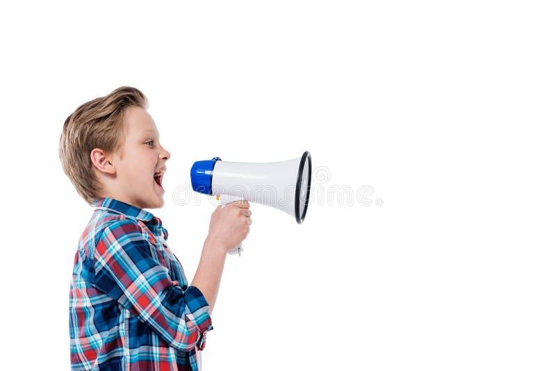 Zijaanzicht van leuk weinig jongensholding megafoon en het gillen royalty-vrije stock foto