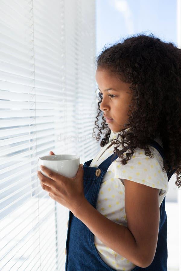 Zijaanzicht van nadenkende de koffiekop van de onderneemsterholding stock afbeeldingen