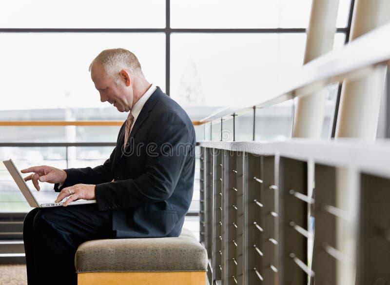 Zijaanzicht van rijpe zakenman die aan laptop werkt royalty-vrije stock foto