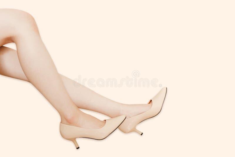Zijaanzicht van Sexy Vrouwelijk Been op Manier van Luxe High-Heeled Sandals Mooie Vrouwenbenen die Beige Hoge Geïsoleerde Hielen stock foto's