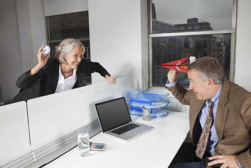 Zijaanzicht van speelse bedrijfscollega's in bureau royalty-vrije stock foto