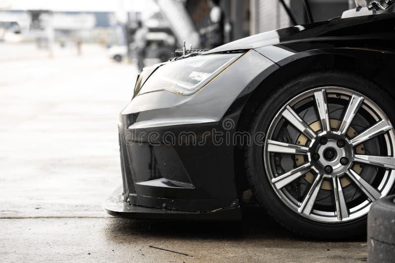 Zijaanzicht van sportwagenparkeren in automobiele winkel royalty-vrije stock afbeelding