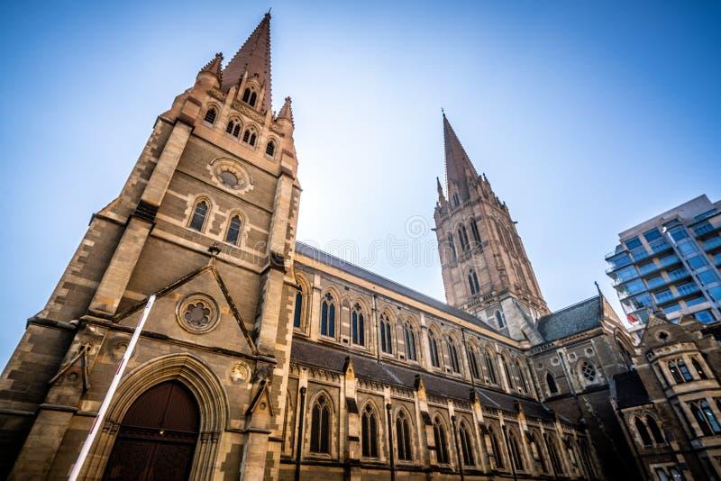 Zijaanzicht van St Paul Kathedraal een Anglicaanse Gotische Heroplevingskerk in Melbourne Vic Australia stock foto's