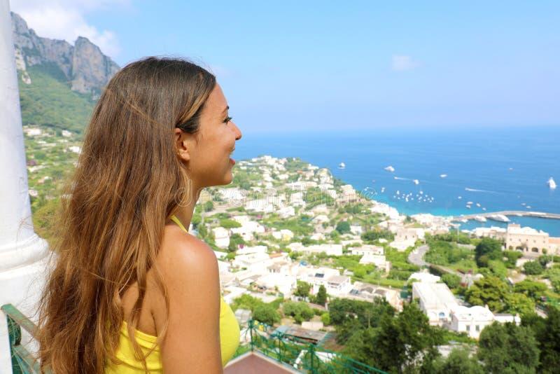 Zijaanzicht van vrolijk mooi meisje die Capri-gezicht bekijken van royalty-vrije stock afbeelding