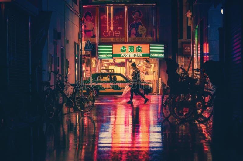 Zijaanzicht van Vrouw in Verlichte Stad bij Nacht royalty-vrije stock foto