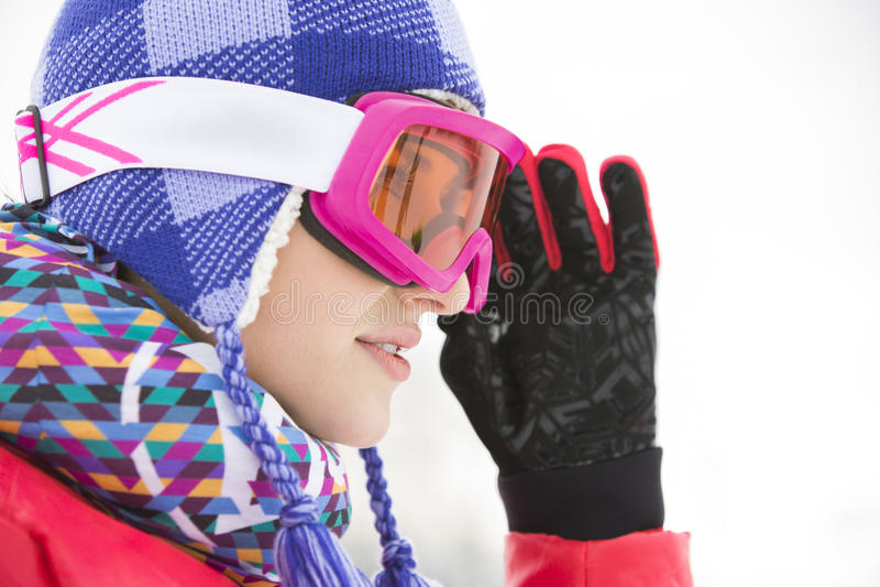 Zijaanzichtclose-up van mooie jonge vrouw die in skibeschermende brillen weg kijken royalty-vrije stock foto