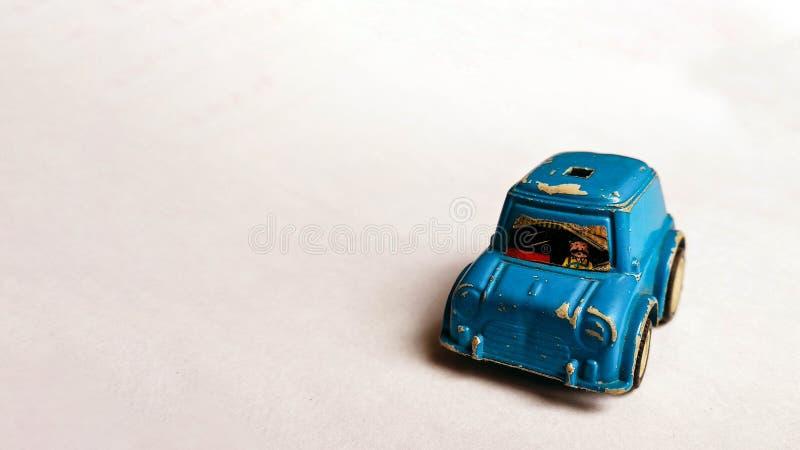 Zijaanzichtfoto van blauwe stuk speelgoed auto voor kinderen op witte achtergrond wordt geschoten die royalty-vrije stock fotografie