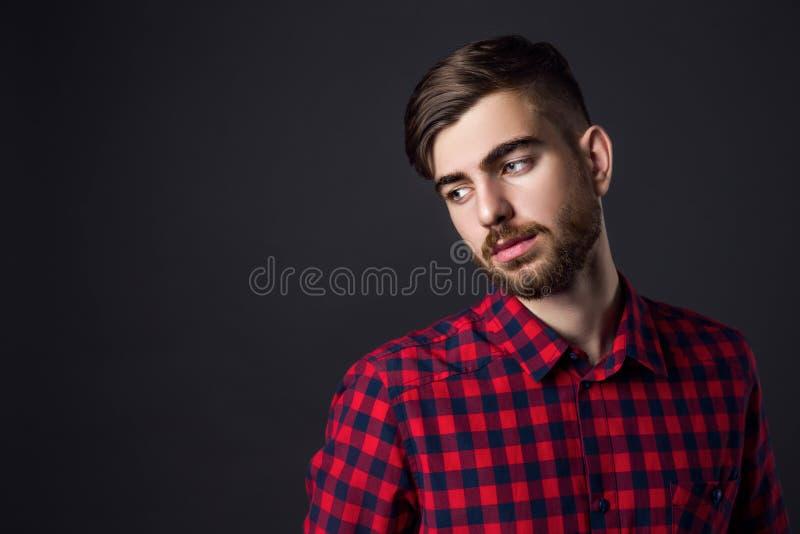 Zijaanzichtportret van de modieuze jonge mens die weg kijken royalty-vrije stock afbeeldingen