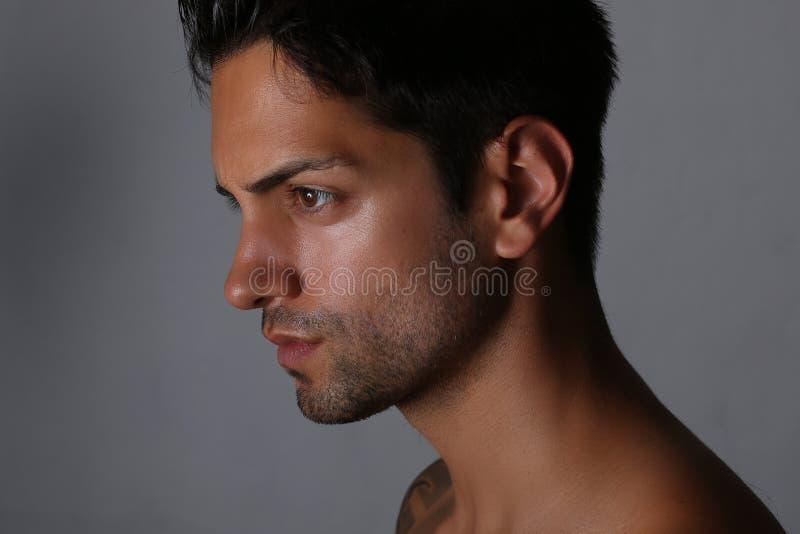 Zijaanzichtportret van een knappe mens met naakt torso stock fotografie