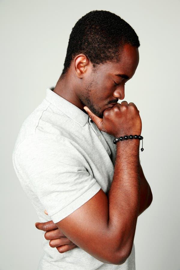 Zijaanzichtportret van een peinzende Afrikaanse mens royalty-vrije stock foto