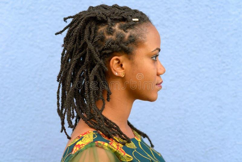 Zijaanzichtportret van een vrouw met dreadlocks stock foto