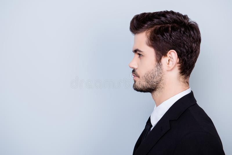Zijaanzichtportret van ernstige geconcentreerde hansome zakenman i royalty-vrije stock foto's