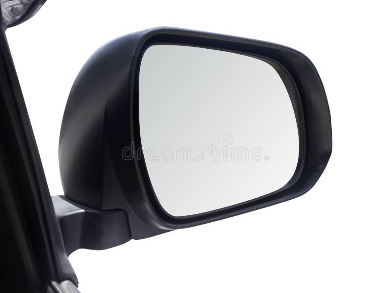 Zijachteruitkijkspiegel op een auto witte achtergrond stock foto