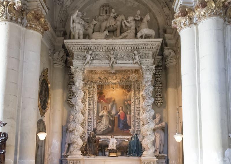 Zijaltaar van de Duomo-Kathedraal in Lecce, met een beeld van de veronderstelling royalty-vrije stock foto's