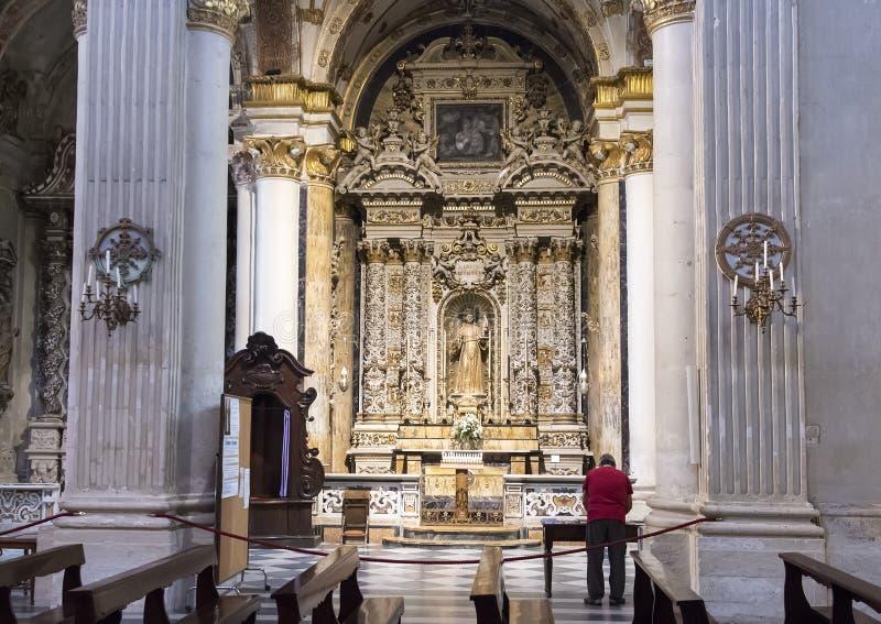 Zijaltaar van de Duomo-Kathedraal met Onze Dame Queen van Vrede, Lecce, Italië royalty-vrije stock afbeeldingen