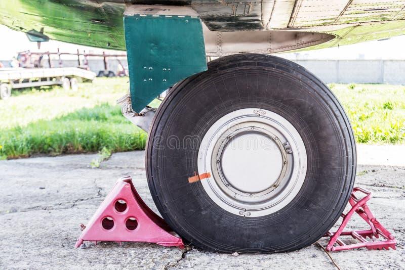 Zijclose-upmening van het landingsgestel van het luchtvliegtuig De slijtage en de vervanging van de vliegtuigenband Maintenace en stock fotografie