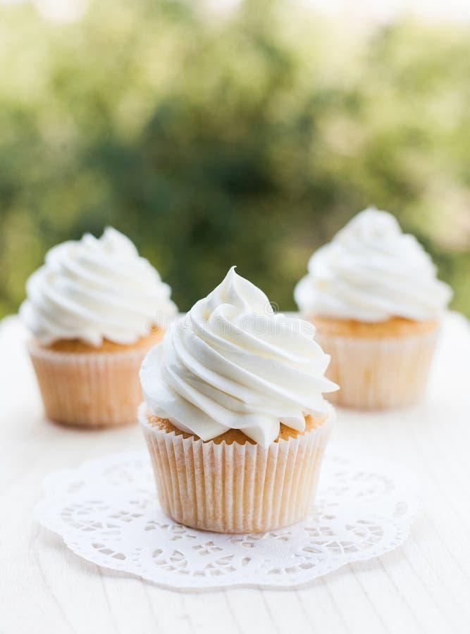 Zijdeachtige en pluizige vanille cupcakes stock foto