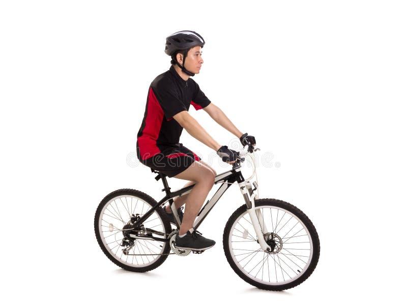 Zijdelings hoogtepunt van een kerel wordt geschoten die een fiets berijden die stock afbeelding