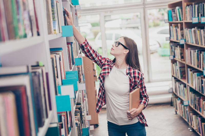 Zijdieprofiel van jonge aantrekkelijke studentenboekenwurm wordt geschoten, stu stock afbeelding