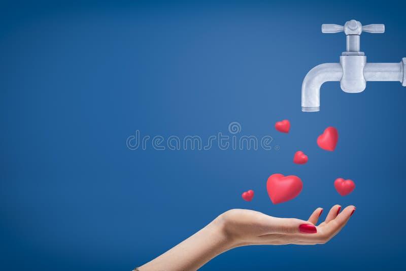 Zijgewassenclose-up dat van de hand van de vrouw omhoog en leuke rode harten onder ogen ziet vangt volgend uit grijze kraan op bl stock afbeelding