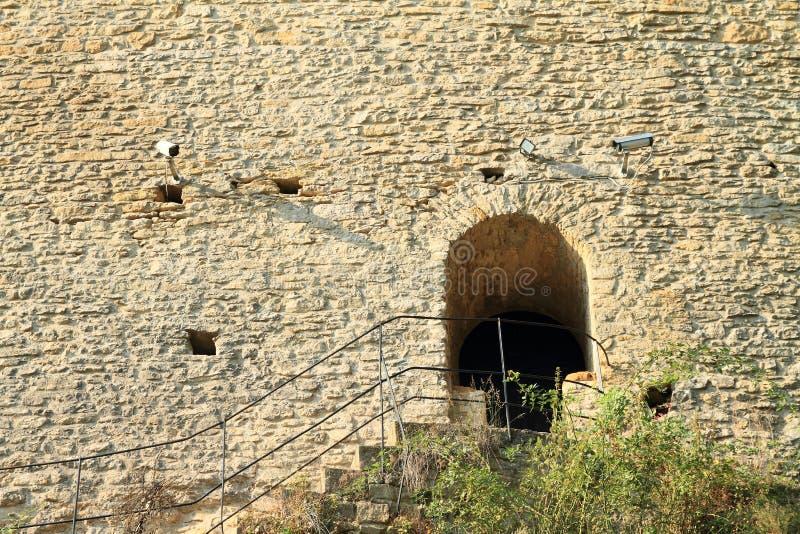 Zijingang aan muur van Kokorin-kasteel stock afbeeldingen