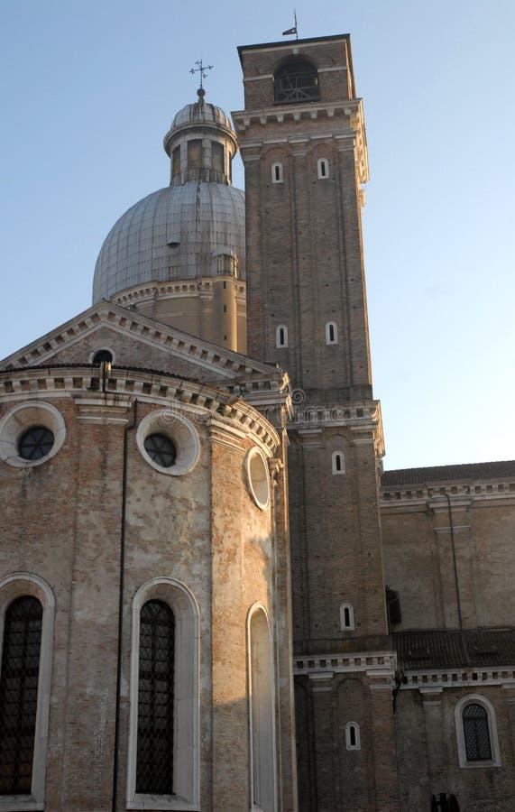 Zijkapel, klokketoren en koepel van de kathedraal in de blauwe hemel in Padua in Veneto (Italië) royalty-vrije stock foto's