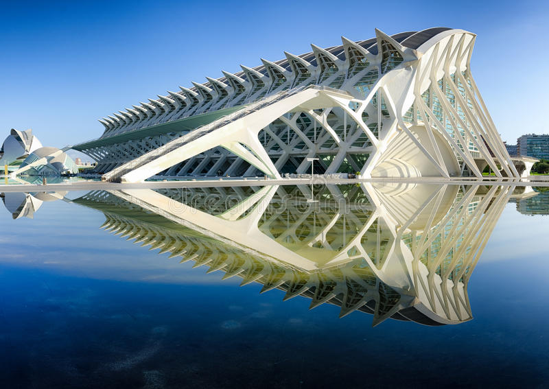 Zijmening over moderne architectuur van het Wetenschapsmuseum Valencia, Spanje royalty-vrije stock foto