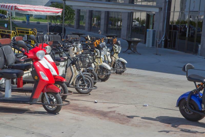 Zijn de Batumi Openbare Fietsen en de Elektrische autopedden met drie wielen beschikbaar voor mensen aan borrow of huur royalty-vrije stock foto