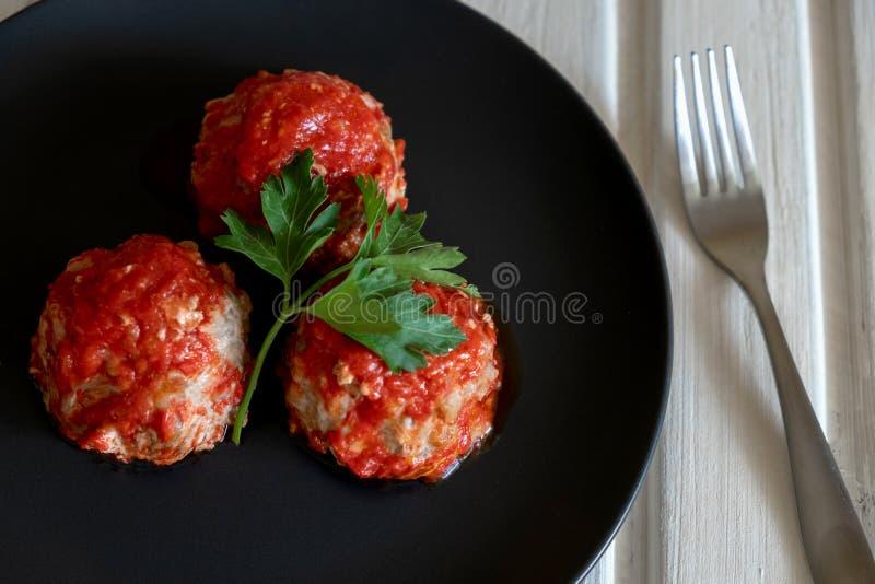Zijn drie vleesballetjes in tomatensaus royalty-vrije stock afbeeldingen