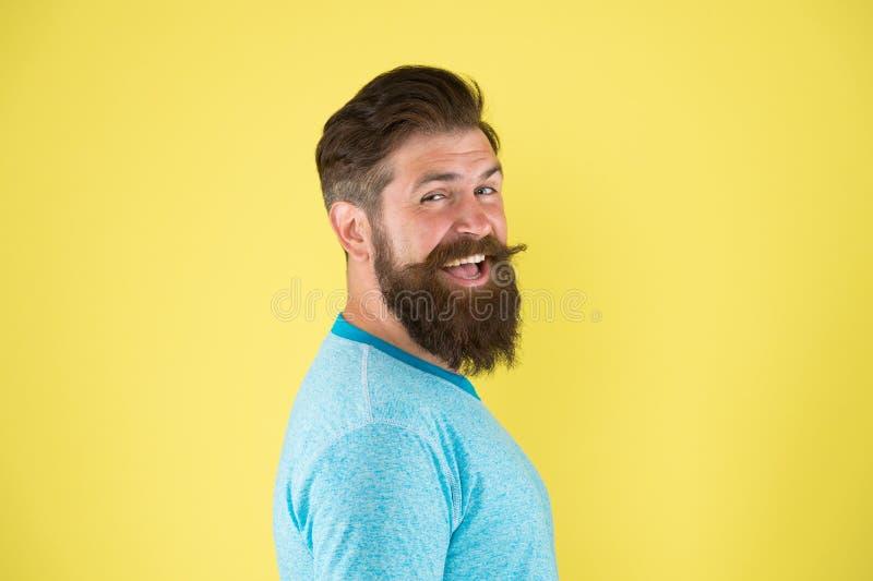 Zijn gebaard haar kijkt gestileerd Gebaarde mens die op gele achtergrond glimlachen Gelukkige gebaarde hipster met modieus kapsel royalty-vrije stock fotografie