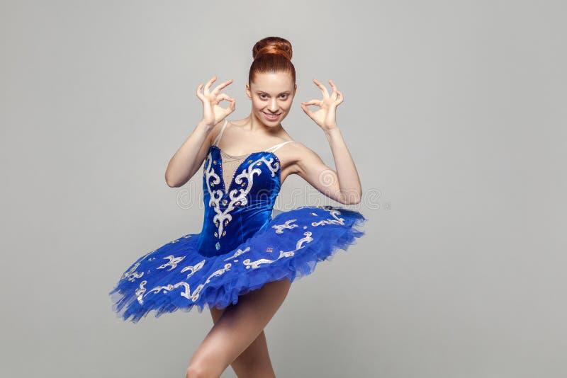 Zijn O.k., Portret van mooie ballerinavrouw in blauwe kostuumwi royalty-vrije stock foto