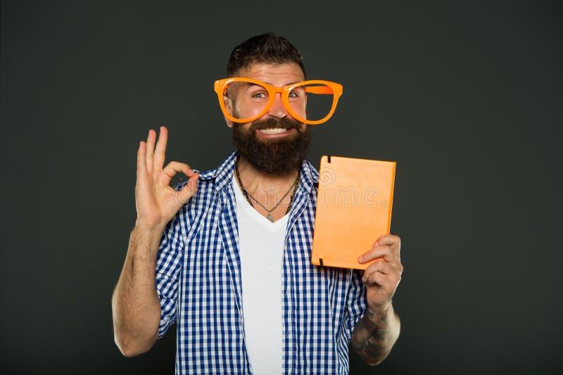 Zijn o Studie die nerd voor lezingsboek uitnodigen Universitaire mannelijke student met lezingsnota's Gebaarde mens in partijglaz stock afbeeldingen