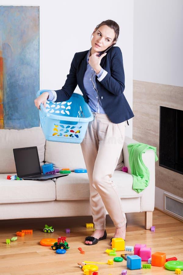 Zijnd een onderneemster en een jonge huishoudster royalty-vrije stock foto's