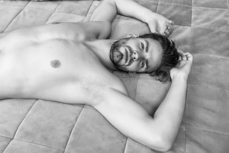 Zijnd kalm en ontspannen Enige mens na ontwaken in ochtend Wakker voor ochtendroutine Ontspannende mens in slaapkamer sexy royalty-vrije stock afbeelding
