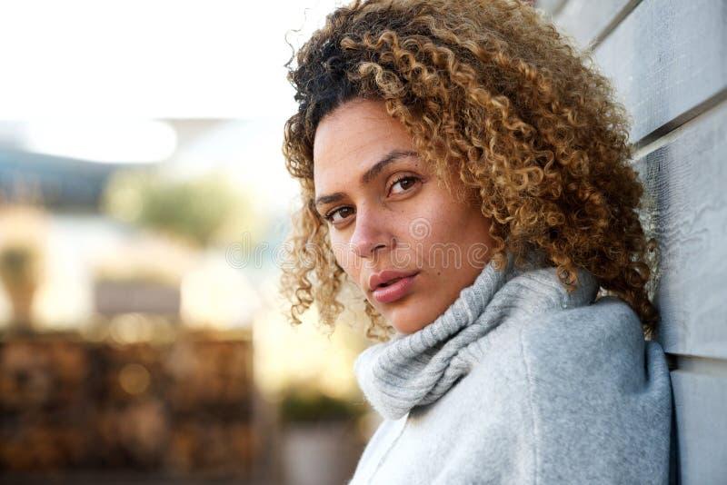 Zijportret van het mooie Afrikaanse Amerikaanse vrouw staren stock fotografie