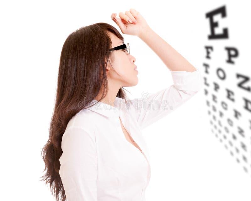 Zijprofiel van Chinese bureaudame en eyechart stock afbeelding