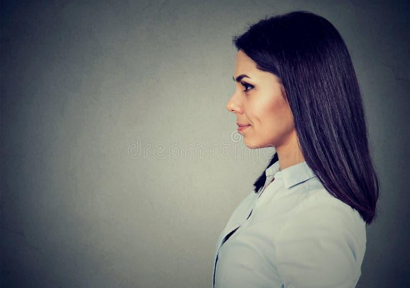 Zijprofiel van een gelukkige glimlachende jonge vrouw royalty-vrije stock afbeelding