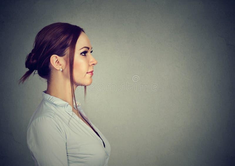 Zijprofiel van een gelukkige vrouw stock afbeelding