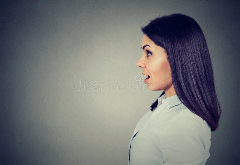 Zijprofiel van een geschokte jonge vrouw royalty-vrije stock fotografie