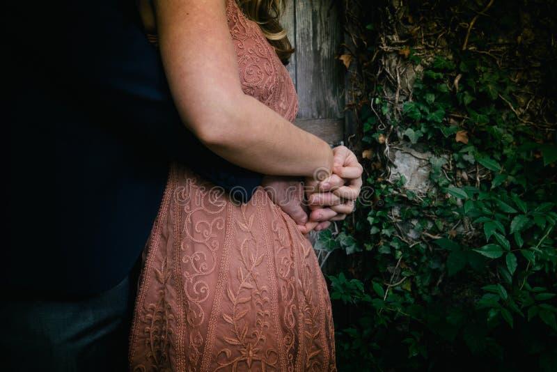 Zijprofiel van het modieuze middenleeftijdspaar omhelzen stock foto's