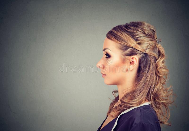 Zijprofielportret van een mooie ernstige jonge vrouw royalty-vrije stock afbeeldingen